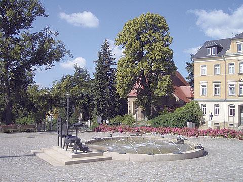 Der Stuhlbrunnen auf dem Markt mkit Blick auf die St. Egidien Kirche