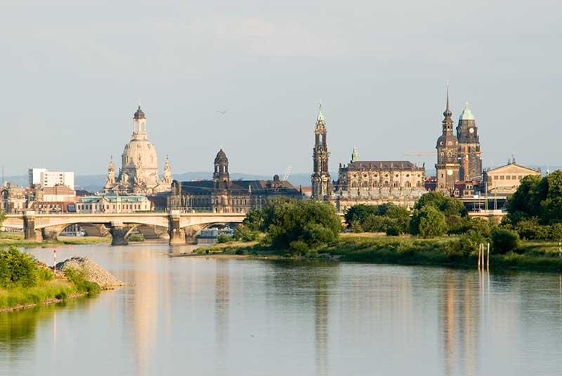 Blick auf die Altstadt von Dresden mit Frauenkirche, Schloss und Hofkirche