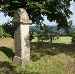Das Konfessionsdenkmal auf der König-Abert-Höhe, im Hintergrund sieht man Freital