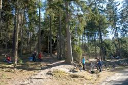 Radfahrer vor dem Einsiedlerstein in der Dippoldiswalder Heide