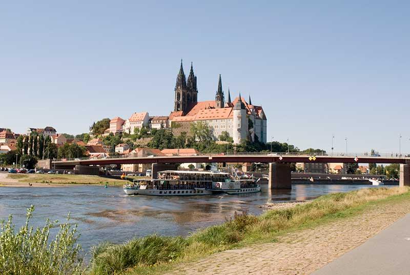 Blick auf Meißen mit Burgberg, Dom und Albrechtsburg vom rechten Elbufer aus