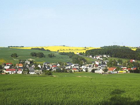 Blick auf Oelsa mit Lerchenberg im Hintergrund