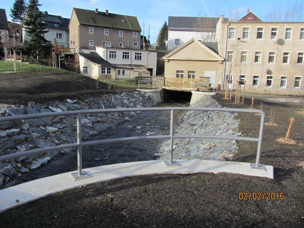 Blick auf den Offengelegten Oelsabach mit instandgesetzten Ufermauern