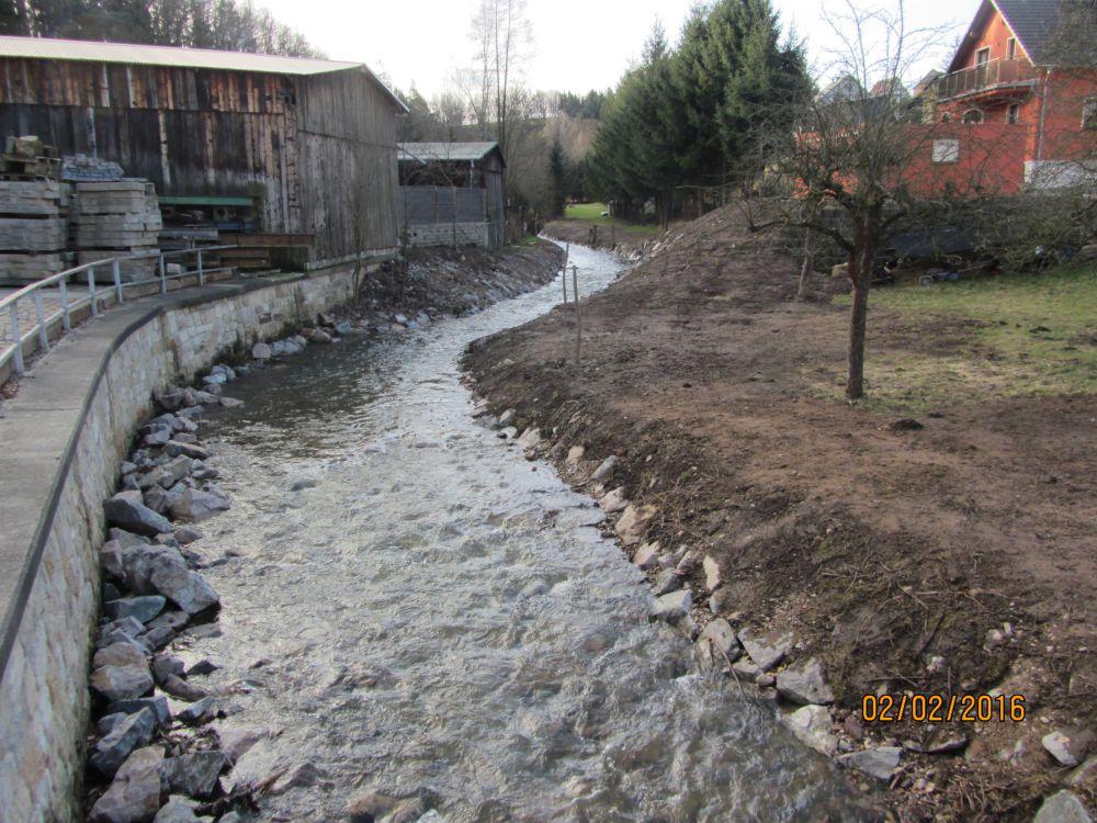 Der Oelsabach mit Ufermauer mit befestigter Böschung nach der Instandsetzung