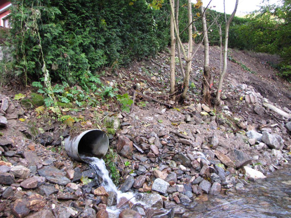 Uferböschung mit Ablauf vor der Instandsetzung