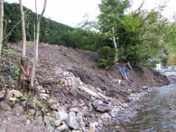 Abgerutschte Uferböschung vor der Instandsetzung