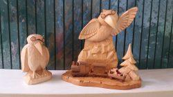 Zwei geschnitzte Rabenau aus Lindenholz